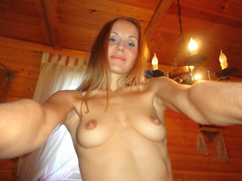 kleine Brüste mit dicken Brustwarzen